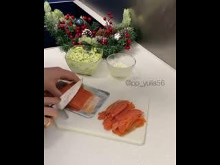 Видео с рецептом торта из суши и роллов