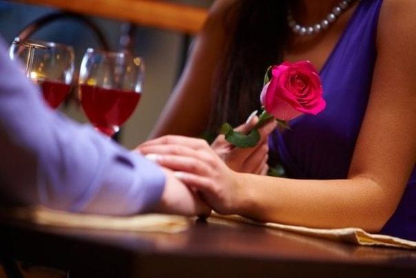Мужчины дарят женщинам цветы,