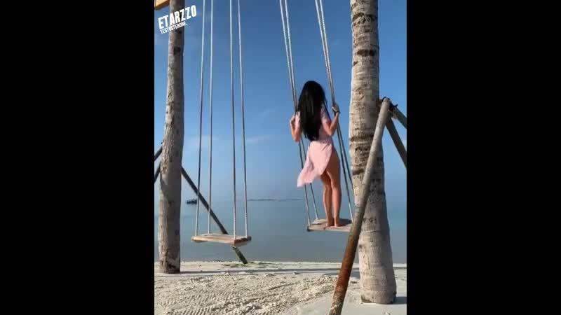 С дистанцией нельзя переборщить Отношения должны быть гибкими Качели над водой Девушка на качелях Море любви Океан Couple