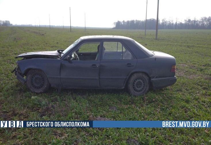 Водителю резко стало плохо, он съехал в кювет. Пассажирку с травмами доставили в больницу