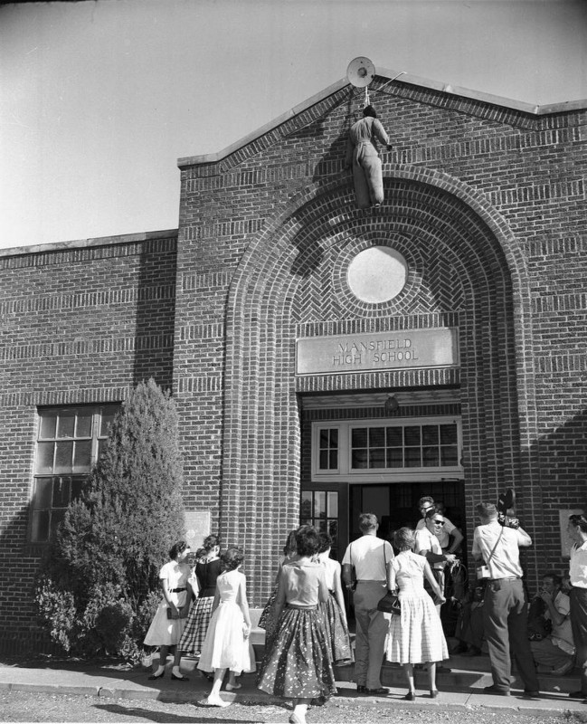 Чучело негра перед входом в школу. Техас, 30 августа 1956 года.