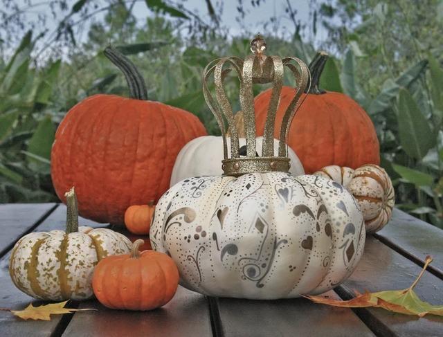 материалы природные, поделки из тыквы, тыква, поделки из природных материалов, своими руками, поделки своими руками, материалы природные, поделки, мастер-класс, идеи поделок, Праздник урожая, поделки на Праздник урожая, Хэллоуин, поделки на Хэллоуин, шкатулки, декорирование тыкв, тыквы декоративные, интерьерный декор, тыквы для интерьера, украшение тыкв, оформление тыкв, декор осенний, для дома, роспись, краски, краски акриловые, тыква с росписью, декорирование красками,Роспись тыкв для осеннего интерьера своими руками http://prazdnichnymir.ru/Белая тыква с пастельными треугольничками, Декор тыквы из шнура или веревки, Золотая тыква с виньеткой (МК), «Золото на бежевом» декор тыквы, Как правильно подготовить тыкву для поделок, Серебрёные тыквы своими руками, Тыква с блестками, Тыквенное трио — декор тыкв для композиции, Тыквы-смайлики на Хэллоуин (МК), Цветочно-фетровая тыква(МК), Черная тыква с золотистыми штрихами, Шикарные тыквы в стиле Shabby chic, красивое оформление тыкв на хэллоуин, красивое оформление тыкв для интерьера, как оформить тыкву на хэллоуин, чес можно оформить тыкву на Хэллоуин, идеи оформления тыкв на Хэллоуин, декор тыквы, тыквы в интерьере, украшение тыкв, как украсить тыкву га хэллоуин, hХэллоуин, 31 октября, Halloween, All Hallows' Eve, All Saints' Eve, тыквы на Хэллоуин, декор тыквы на Хэллоуин, украшение тыквы на Хэллоуин, декорирование тыквы, мастер-классы на Хэллоуин, как украсить тыкву на Хэллоуин, варианты декора тыквы, шикарные праздничные тыквы, День Благодарения, праздник урожая, тыквы на День благодарения, тыквы на Праздник урожая, тыквы для интерьера, декор интерьера на Хэллоуин, оформление интерьера тыквами, тыквы в интерьере, ttp://prazdnichnymir.ru/ Тыквы: шикарные идеи для дизайна + мастер-классы на Хэллоуин и праздник урожаяматериалы природные, поделки из тыквы, тыква, поделки из природных материалов, своими руками, поделки своими руками, материалы природные, поделки, мастер-класс, идеи поделок, Праздник урожая, поделки на Пра