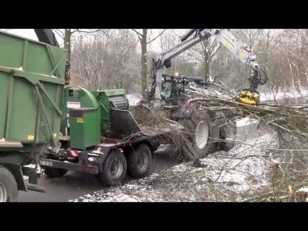 Holzhacker Wüst BBHK 85 mit Valtra T202 Direct und einem Forstkran ICARBAZZOLI
