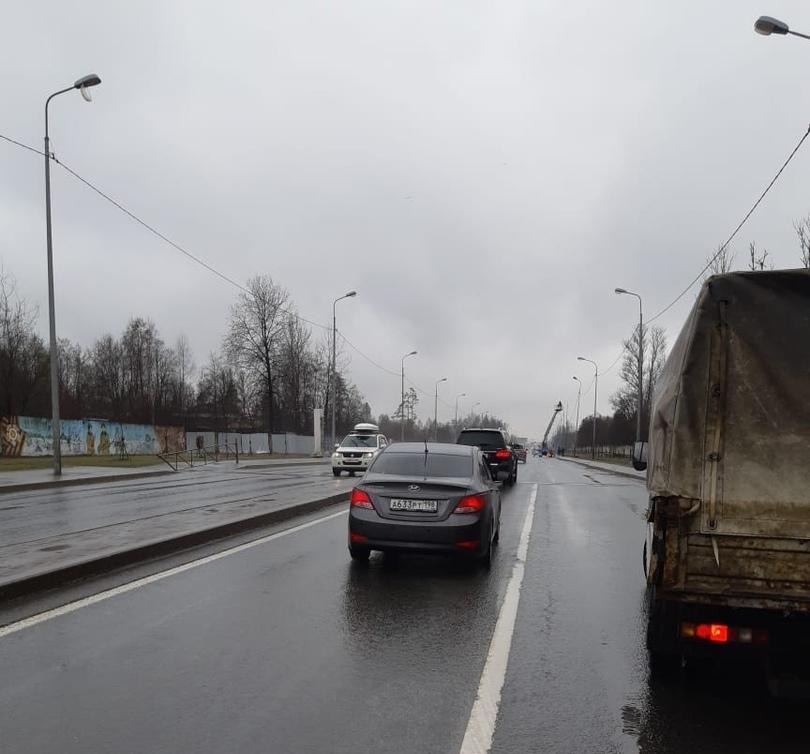 Сегодня днём неадекватный водитель Hyundai Solaris серого цвета подрезал маршрут 430 с пассажирами.