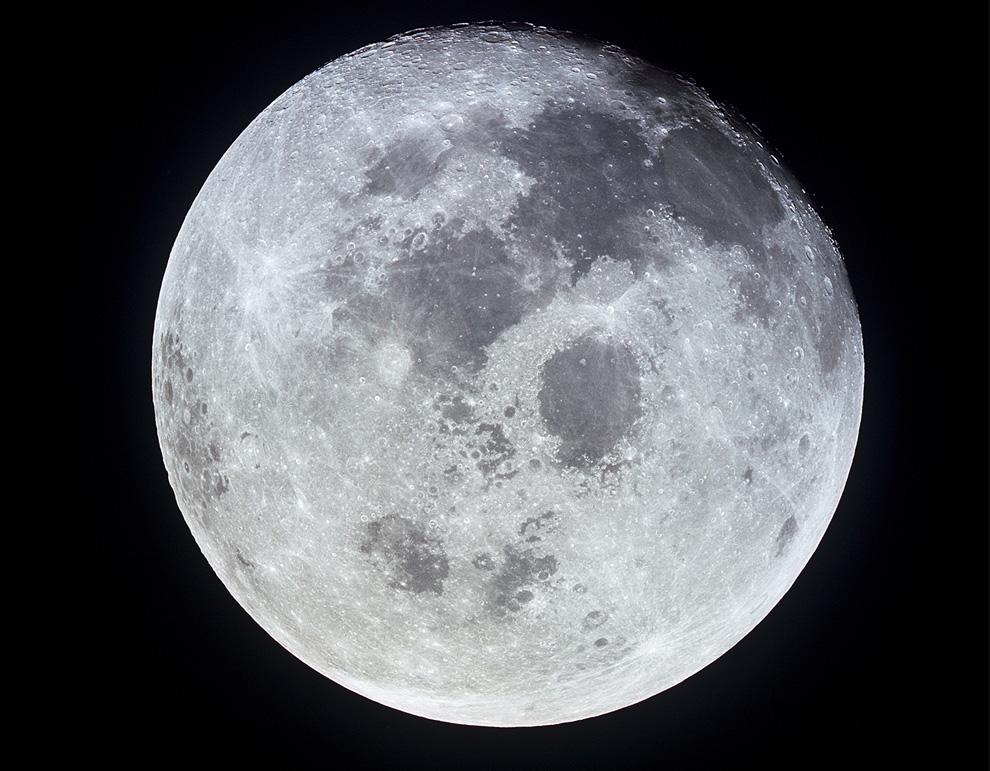 36) Фотография Луны, сделанная с Аполлона 11 во время возвращения на Землю. В этот момент Аполлон 11 был уже на расстоянии 10 000 морских миль от Луны, 21 июля 1969 года. (NASA)