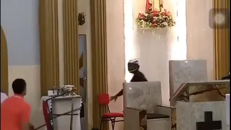 Грабитель ворвался в церковь