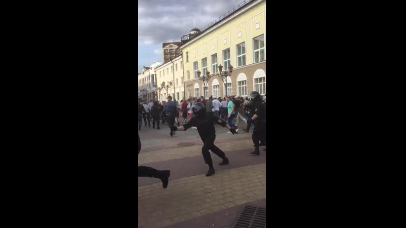 В Бресте при попытке разогнать протестующих ОМОНовец выстрелил в воздух