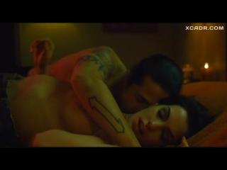 Секс сцена с Энн Хэтэуэй и Бижу Филлипс – Крэйзи (2005)