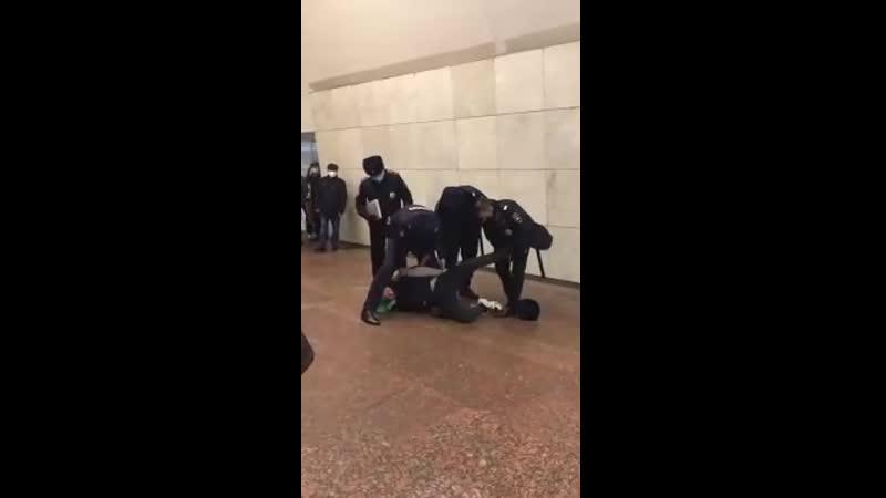 В Московском метро изгоняющие дъявола в форме поймали одержимого и доставили его в опорный пункт для изгнания демонов