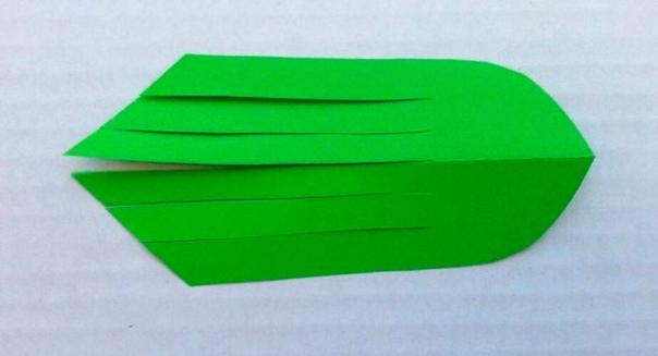 Рыбки  понадобится: цветная бумага,ножницы,клей, фломастеры.Ход работы: Возьмите квадрат бумаги и согните пополам.Срежьте углы.Разрежьте рыбий хвост на 6 полос.Перекиньте каждые полосу на