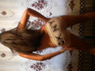 девченка классно танцует и сексуально двигает задом... девченки учитесь.....