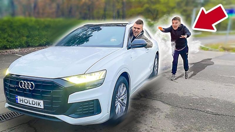 УГНАЛ AUDI Q8 У ХОЛДИКА