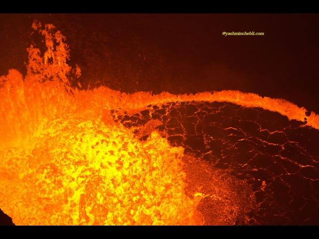 Бушующее лавовое озеро вулкана Бенбоу Вануату