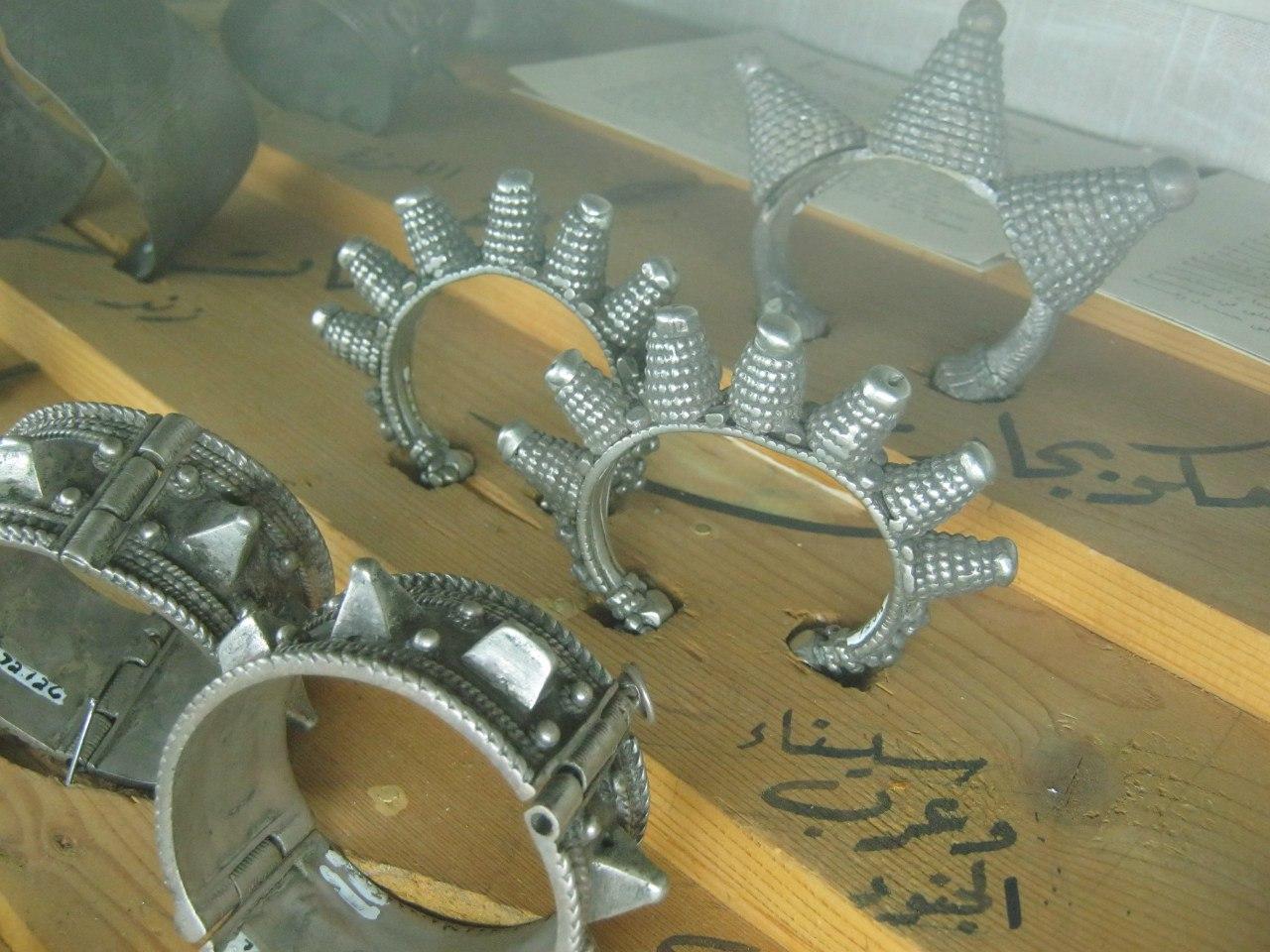 серебряные браслеты в этнографическом музее под амфитеатром в Аммане