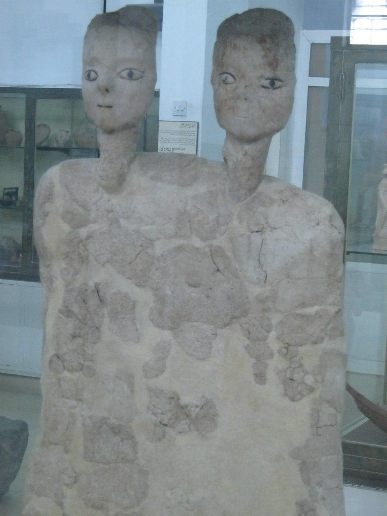 B археологическом музее Аммана древние статуи