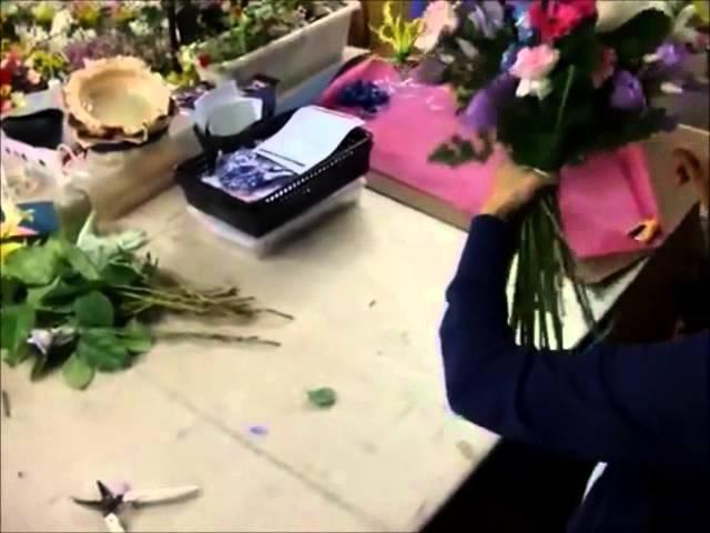 Составление букетов потрясающий букет из роз, гербер и лилий своими руками (курсы флористики).