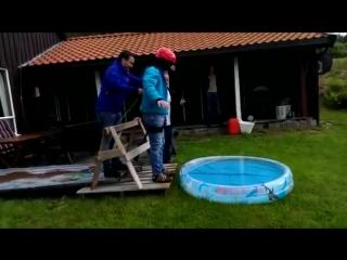 Друзья убедили паря, что он прыгает с моста)