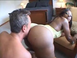 Огромная негритянская задница cherokee d ass (big ass, большая жопа, огромная задница, негритянка, сосет, куни, минет)