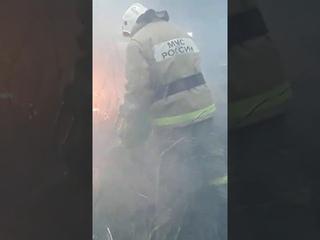 В Омске несчастные спасатели тушат пожар обычной лейкой