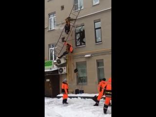 Упала пожарная лестница вместе с дворниками. Чистили крышу. Москва