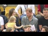 Маленькая девочка крадет попкорн принца Гарри