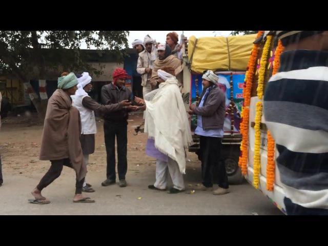 ВАРАНАСИ Индия INDIAN ROADS BIG INDIAN BOSS TAKES MONEY BY CAR Индус собирает деньги ДОРОГИ ИНДИИ