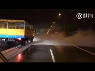 Уборка снега в Ханчжоу при помощи реактивного двигателя истребителя