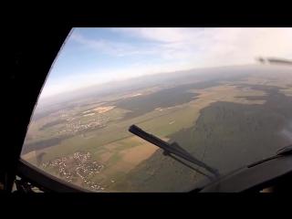 Безбашенность или мастерство Пилот успел приземлиться раньше парашютистов