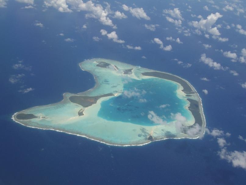 Остров находится недалеко от Таити, и единственный вариант добраться до него — это стать постояльцем одной из 35 вилл и воспользоваться трансфером на частном самолете владельцев курорта. Тетироа — это место обитания морских черепах, а потому инфраструктура тут устроена таким образом, чтобы не нарушать экосферу. Ходят слухи, что именно этот оазис красоты выбрал Барак Обама, чтобы писать свои мемуары — и мы его понимаем.
