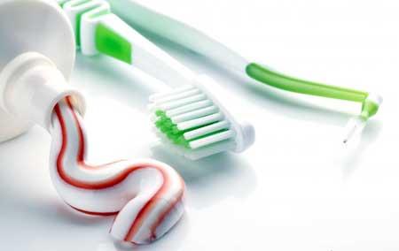Зубные импланты требуют такой же регулярной чистки зубов и чистки зубов, как и натуральные зубы.