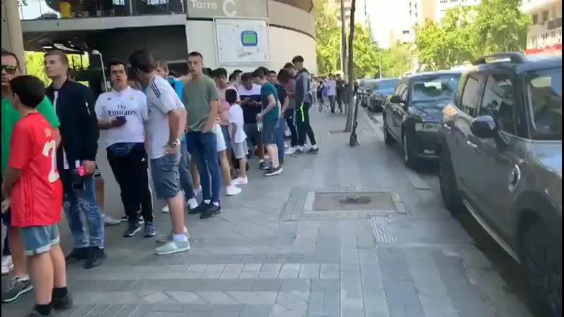 Мадридисты собираются на «Бернабеу», чтобы поприветствовать Йовича