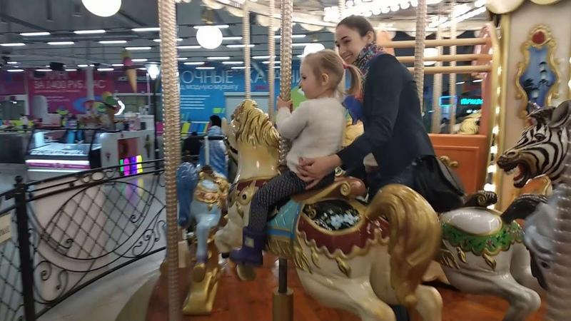 Даниэла в первый раз катается на карусели Daniela's first merry go round ride