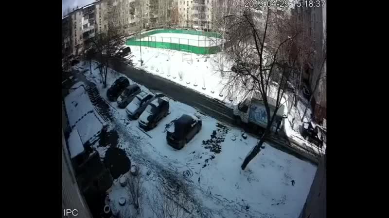 В Свердловской области водитель газели не заметил пожилого мужчину, когда сдавал назад и переехал его. Дед умер на месте, а води