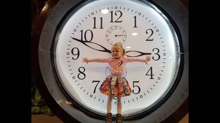 Аня в детском музее гигантских предметов Children's museum of giant toys. Дом великана