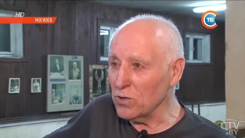 Дед-атлет_ 80-летний физрук подтягивается и отжимается не хуже молодых.mp4