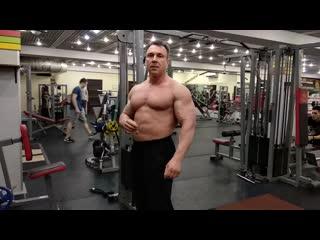 Biceps barbell curls (бицепс штангой стоя)
