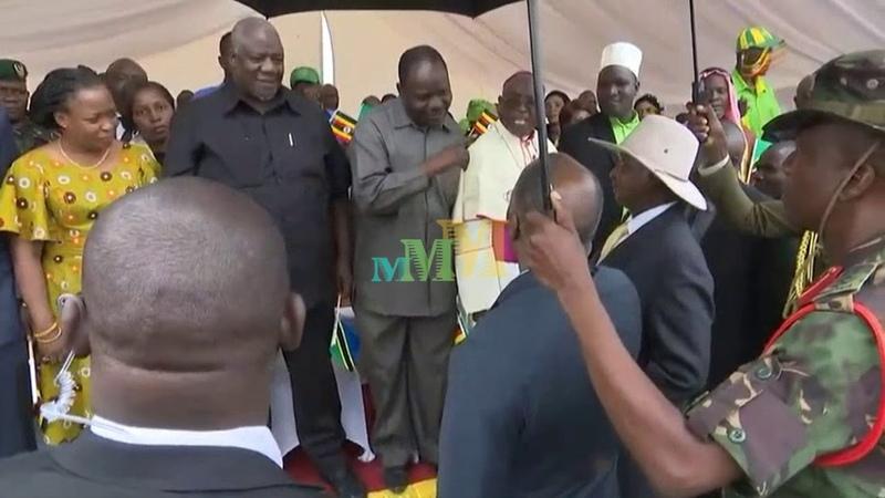 Museveni akiuka itifaki ya kirais uwanja wa ndege Chato baada ya kikao kukamilika
