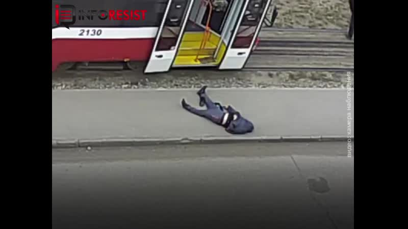 У Новосибірську на росії у чоловіка стався інсульт в трамваї Пасажира без свідомості як мішок картоплі викинули на асфальт