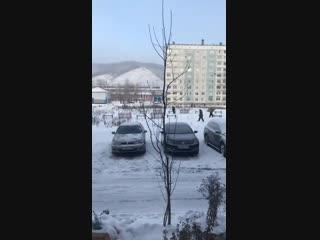В Междуреченске чиновники привезли детскую площадку во двор