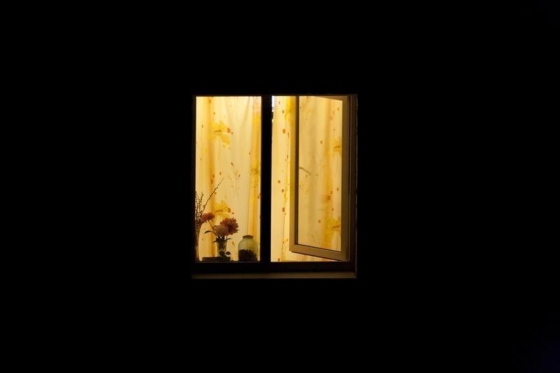 Наконец-то настало это прекрасное время года, на улице уже достаточно тепло, ты спишь дома в любимой кроватке, открыто окно в твоей комнате.