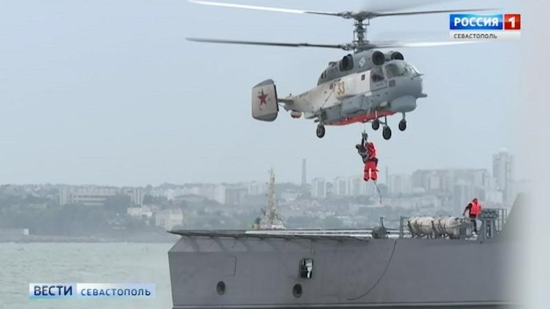 На Черноморском флоте отработали доставку грузов на корабль в шторм