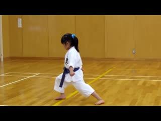 5 тилетняя девочка сдаёт экзамен по каратэ киокушинкай