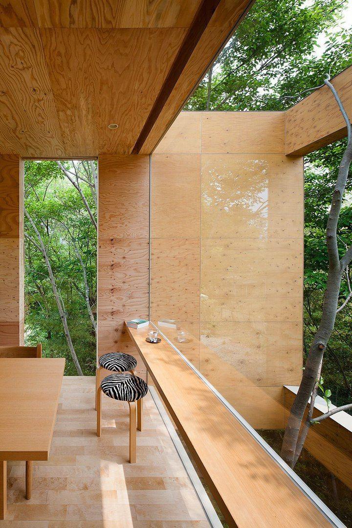 Нависающий над лесом жилой дом в Японии
