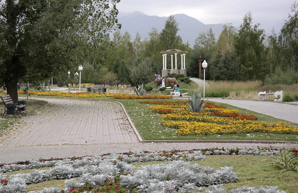 Парк Первого Президента в Алматы –аллеи