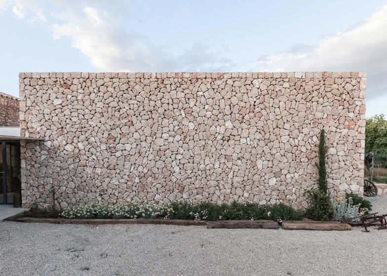Munarq превращает старый фермерский дом в художественную студию и галерею на Майорке