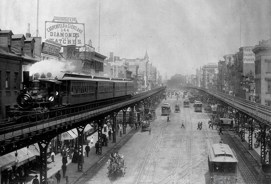 Надземные поезда на оживлённых улицах района Боуэри (Манхэттен), 1895 год.