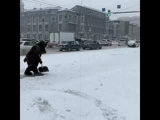 Медведь чистит снег на площади Ленина