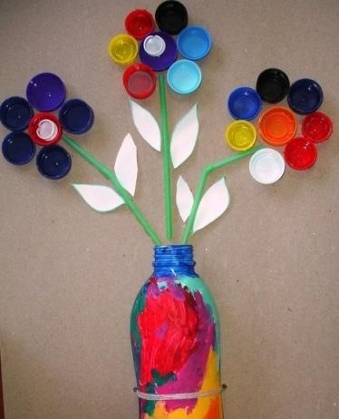 Цветы из крышечек Используя разноцветные крышки от пластиковых бутылок, можно сделать с детьми аппликацию букет цветов на листе плотного картона.Выкладываем цветы из крышечек и приклеиваем их на