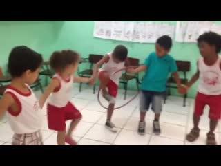 КОЛЛЕКТИВНАЯ ИГРА для малышей, развивающая координацию движений и пространственное мышление.
