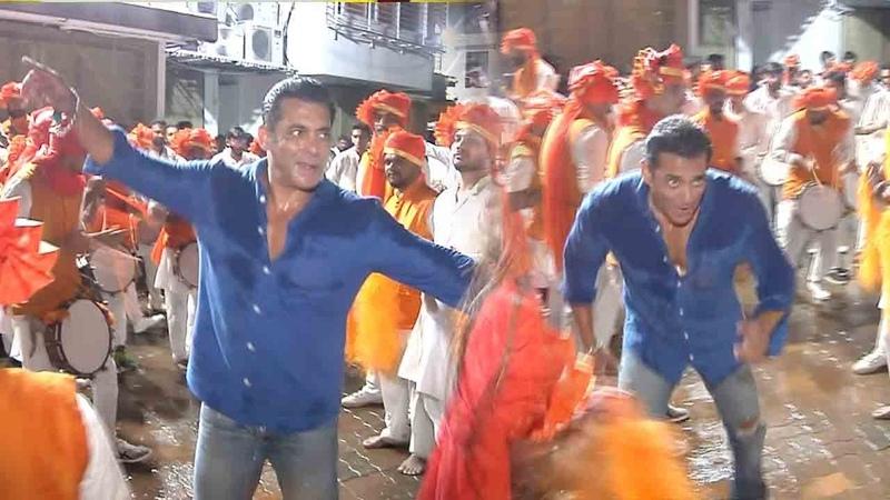 Salman Khan's ZABARDUST Faadu Dancing On Nasik Dhol At Ganpati Visarjan 2019 Wid Family